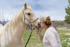 Cavallo quarto dipinto baciato da Linda a Aguanga, CA, U.S.A. fotografie stock