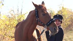 Cavallo Rider Portrait Giovane donna felice con il cavallo, sorridente stock footage