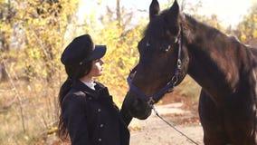 Cavallo Rider Portrait Giovane donna felice con il cavallo, sorridente archivi video