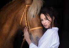 Cavallo seguente dei bei capelli lunghi della donna del ritratto immagini stock libere da diritti