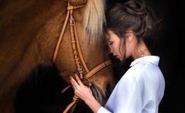 Cavallo seguente dei bei capelli lunghi della donna del ritratto Fotografie Stock