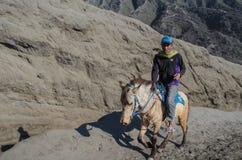 Cavallo umano di giro vicino a Volcano Bromo, Java, Indonesia Fotografia Stock Libera da Diritti