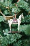 Cavalo antiquado do brinquedo na árvore de Natal Fotos de Stock Royalty Free