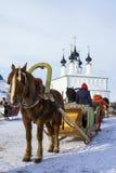 Cavalo aproveitado a um pequeno trenó Suzdal, Rússia Fotos de Stock Royalty Free