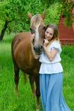 Cavalo bonito da menina e do camponês da baía Fotos de Stock Royalty Free