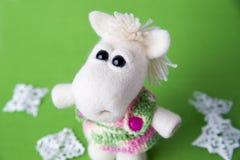 Cavalo branco do brinquedo em um presente Imagem de Stock Royalty Free
