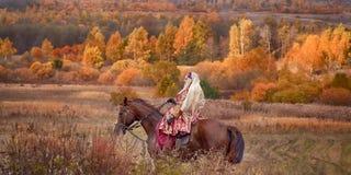 Cavalo-caça com cavaleiros no hábito de equitação Imagem de Stock