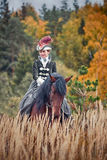 Cavalo-caça com cavaleiros no hábito de equitação Imagens de Stock Royalty Free