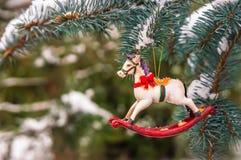 Cavalo de balanço e pinheiro nevado decorados para o Natal Foto de Stock Royalty Free