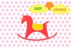 Cavalo de balanço em fundos vermelhos do ponto, projeto de cartões da festa do bebê Fotos de Stock Royalty Free