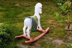 Cavalo de balanço - um brinquedo para crianças Fotografia de Stock