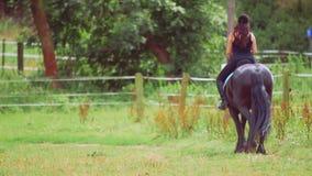 Cavalo de equitação da jovem mulher no rancho filme