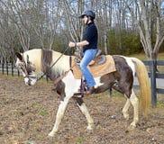Cavalo de equitação do adolescente Fotografia de Stock Royalty Free
