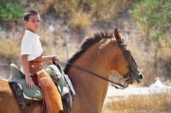 Cavalo de equitação do menino foto de stock royalty free