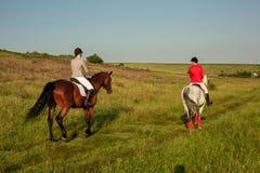 Cavalo de equitação de duas jovens mulheres no parque Caminhada do cavalo no verão fotos de stock