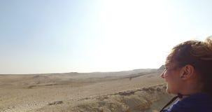 Cavalo de equitação feliz da mulher em pirâmides de Giza video estoque