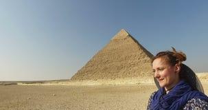 Cavalo de equitação feliz da mulher na frente das pirâmides de Giza video estoque