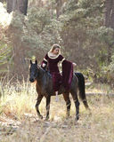 Cavalo de equita??o medieval da mulher na floresta Fotos de Stock Royalty Free