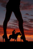 Cavalo de frente do vaqueiro dos pés da mulher da silhueta Fotos de Stock Royalty Free