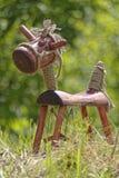 Cavalo de madeira na grama imagens de stock royalty free