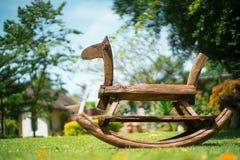 Cavalo de madeira no campo fotografia de stock royalty free
