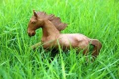 Cavalo de madeira no campo de grama Fotos de Stock Royalty Free