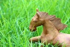 Cavalo de madeira no campo de grama Fotografia de Stock