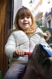 Cavalo do brinquedo da equitação da criança pequena no inverno Foto de Stock Royalty Free