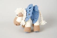 Cavalo do brinquedo em um presente Fotografia de Stock Royalty Free