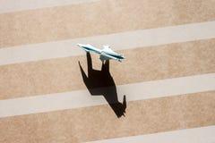 Cavalo do origâmi na opinião superior do campo de papel Fotografia de Stock Royalty Free