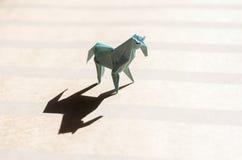 Cavalo do origâmi no campo de papel Imagem de Stock