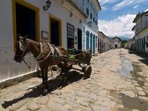 Cavalo e carro, Paraty, Brasil. fotografia de stock