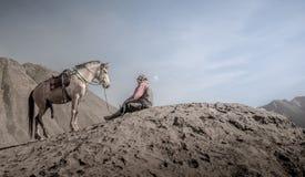 Cavalo e stableman na cratera de Bromo fotos de stock royalty free