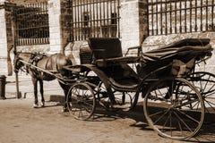 Cavalo e treinador do vintage que espera os passageiros perto da cerca imagem de stock royalty free
