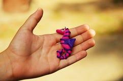 Cavalo marinho feito a mão colorido na mão dos childrenFotos de Stock Royalty Free