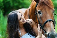 Cavalo seguinte da mulher Fotografia de Stock