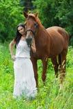 Cavalo seguinte da mulher nova Fotografia de Stock Royalty Free
