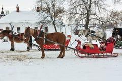 Cavalos com o pequeno trenó em Suzdal, Rússia Fotografia de Stock Royalty Free