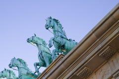 Cavalos de bronze sobre o teto neoclassical foto de stock