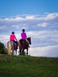 Cavalos de equitação das jovens mulheres Fotografia de Stock