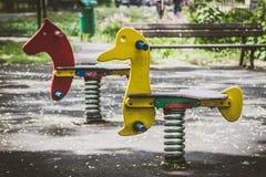 Cavalos de madeira com mola no parque Imagens de Stock