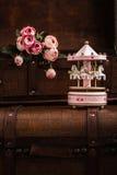 Cavalos de madeira cor-de-rosa do carrossel com olhar velho do vintage Fotografia de Stock