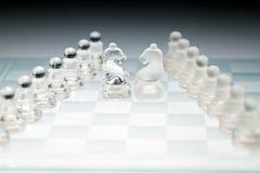 Cavalos de vidro do duelo do tabuleiro de xadrez Fotografia de Stock Royalty Free