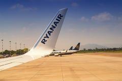 Cavaraggio意大利机场在02 06的2018年瑞安航空公司 飞机的翼 免版税图库摄影