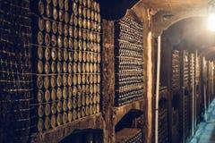 Cave avec beaucoup de bouteilles poussi?reuses d'alcool, d'entrep?t souterrain pour la fermentation et de stockage de vin images stock