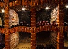 Cave avec beaucoup de genres de bouteilles Image libre de droits
