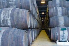 Cave avec des barils de vin photos stock