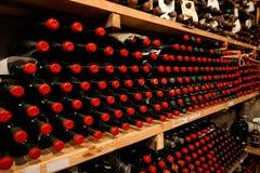 Cave avec des bouteilles de vin sur des étagères photographie stock libre de droits