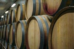 Cave avec des rangées de vieux barils de vin en bois, perspective, l'espace de copie photographie stock libre de droits