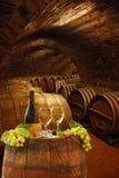 Cave avec des verres de vin blanc Photographie stock